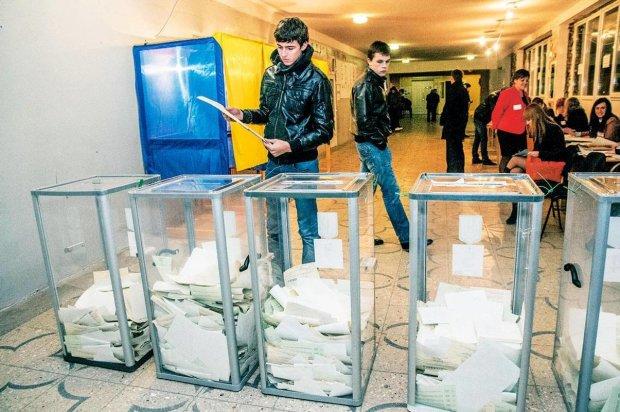 Вибори в Україні стартували зі скандалу: спостерігачів вигнали із засідання ДВК, перші скарги та порушення