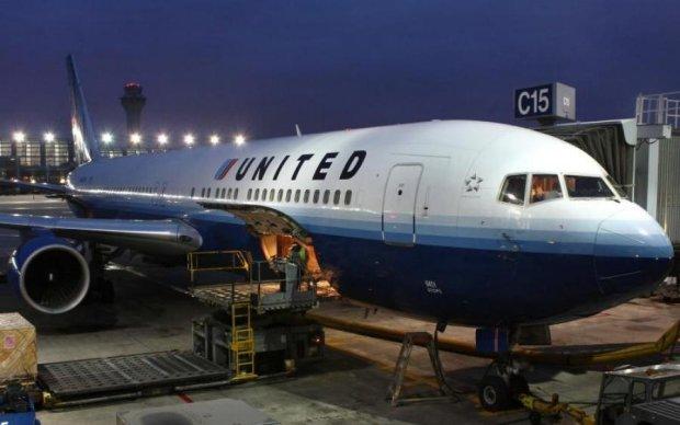 Черговий скандал з United Airlines: літак загорівся під час зльоту