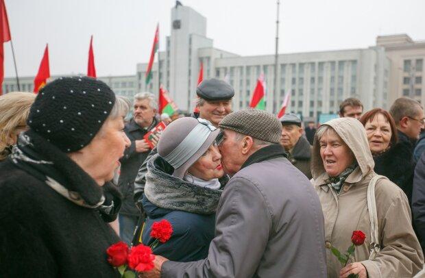 День Жовтневої революції в Республіці Білорусь, TUT.by