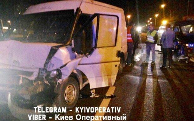 В Києві фургон влетів у машину комунальників: є постраждалі