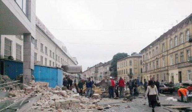 Во Львове обвалилась стена здания