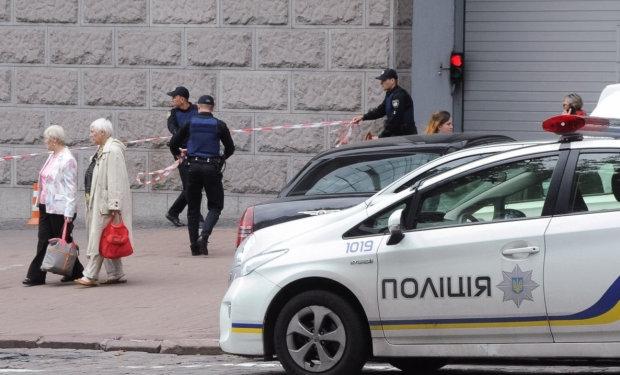 Паніка, тиснява та загроза смерті: київський вокзал оточила поліція, всіх негайно виводять