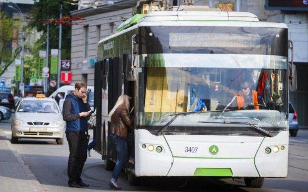 Напівгола і хамувата: кондукторка тролейбуса спантеличила киян