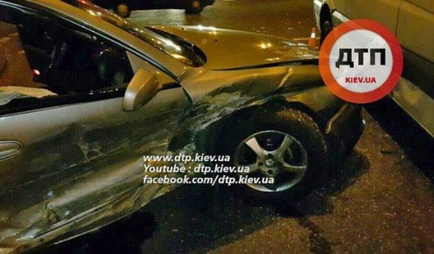 В киевском ДТП авто разбросало в разные стороны по всей дороге (видео)