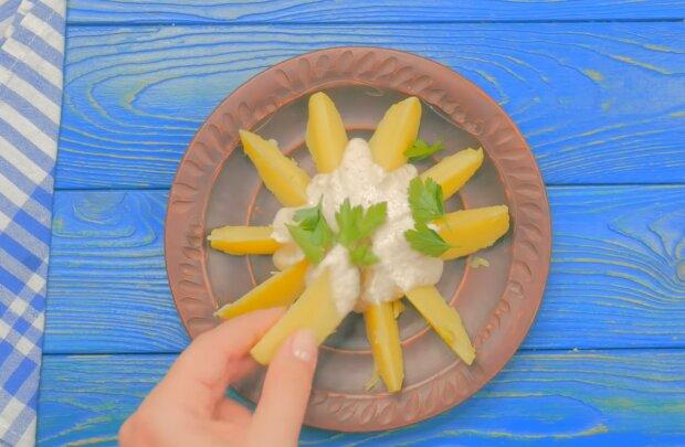 Запечена картопля з соусом, фото: кадр з відео
