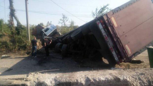Кошмар на Харківщині: некерована фура знесла будинок з людьми, кадри не для слабкодухих