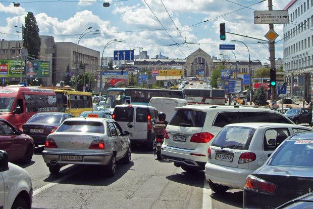 Триколор и характерная поза: в сети показали, какое безобразие ездит дорогами Украины