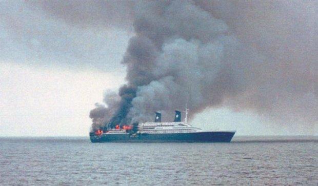 Вблизи Испании загорелся паром с 160 людьми на борту