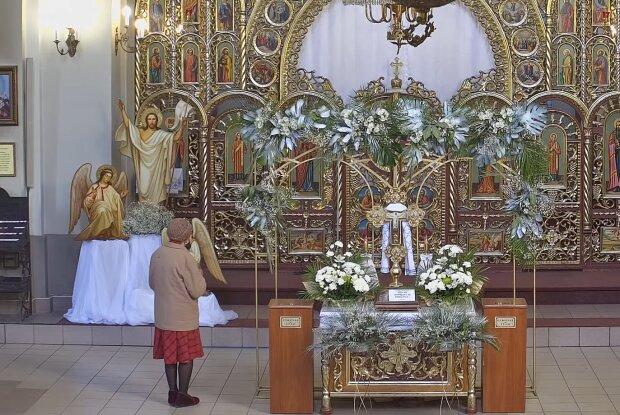 Молитва у церкві, скріншот з відео
