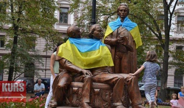 "На ""Русскую троицу"" во Франковске повесили украинский флаг"