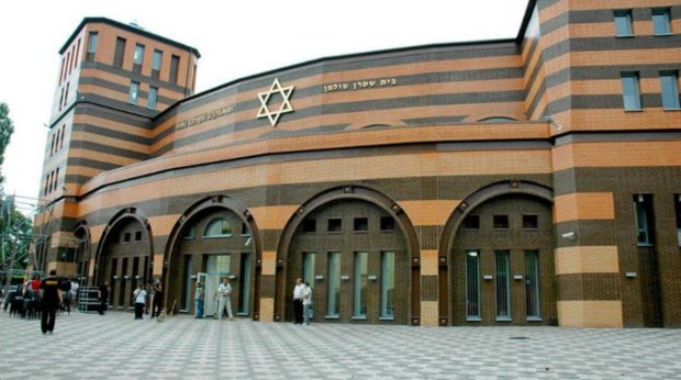 """Осатаневший днепрянин """"бомбонул"""" синагогу странным способом: видео кощунства"""
