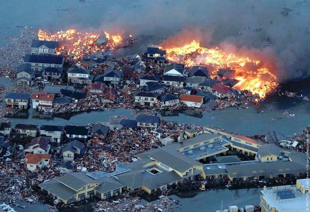 """Нібіру передала людству """"полум'яний привіт"""", стовпи диму оповили ціле місто: фото пекельного мороку"""