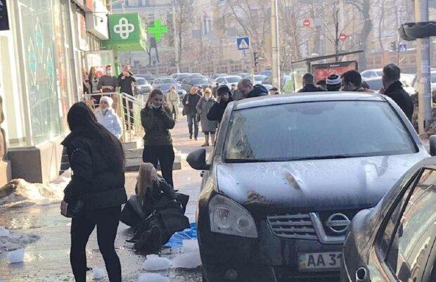 Дівчині на голову впав лід: Facebook KyivOperativ