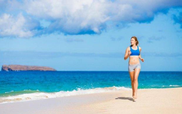 Худнемо влітку: приклади силових вправ на пляжі