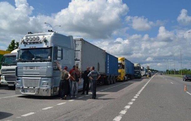Львівщину жахнуло потрійне ДТП, вантажівки - вщент: медики рятують покалічених людей