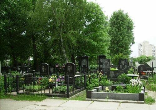 Розрив могилу руками: у Вінниці схопили вандала, таке під силу тільки психу