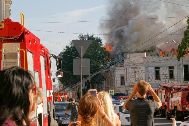 У центрі Харкова сильна пожежа, рятувальники евакуювали людей: під загрозою історична будівля