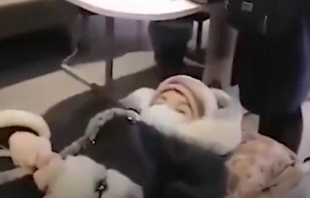Бабушку принесли в банк на носилках, скриншот: YouTube