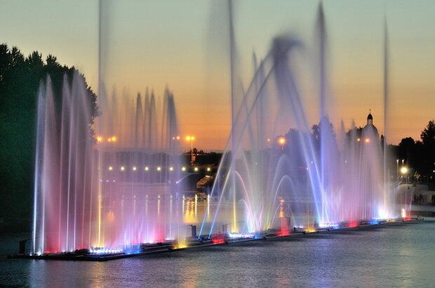 Київські фонтани перетворили на пінну вечірку після зимової сплячки