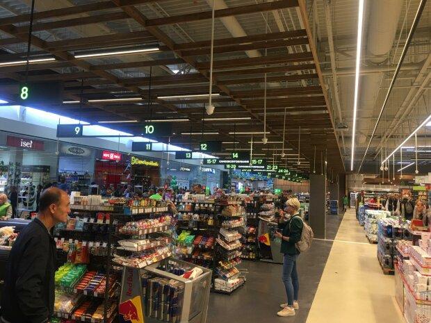 """Киевский супермаркет впаривает рыбу, которая давно """"склеила ласты"""": видео не для брезгливых"""
