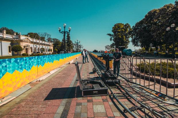 """""""В гости на инаугурацию"""": киевляне заметили НЛО посреди улицы, фото"""