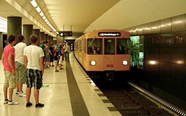 На пасажирів берлінського метро звалилась машина