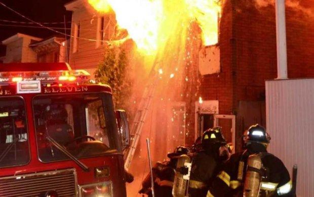 Працюють сотні рятувальників: моторошна пожежа охопила цілий квартал