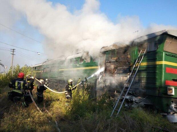 Під Києвом потяг спалахнув, як свічка, страшна НП розхитала нерви всім: пекельні фото