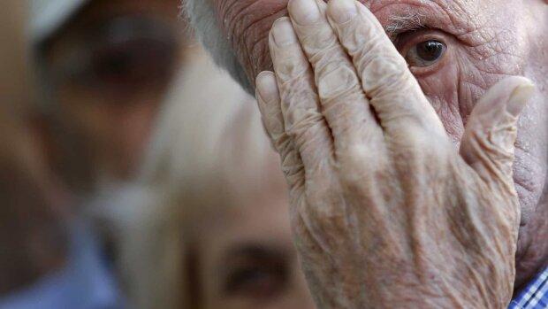 """""""Бабусю, а інтим?"""": у Києві пограбовану пенсіонерку від зґвалтування врятував син"""