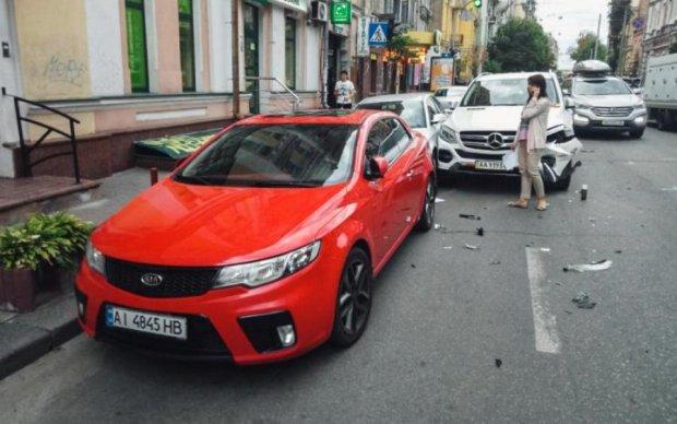 Не герой: в Киеве пьяный в хлам атошник разнес пять авто