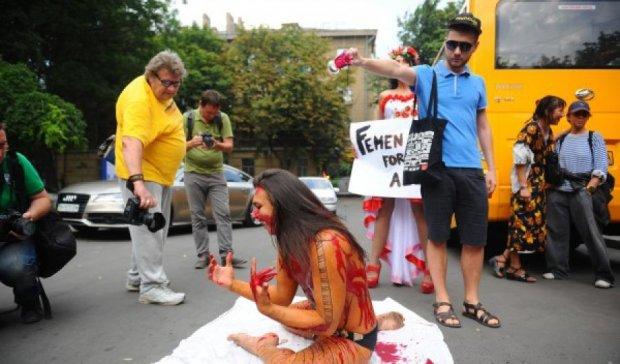 Епатажному активісту Femen відрізали пальці