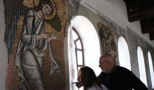 Реставраторы нашли скрытую золотую мозаику в храме Израиля