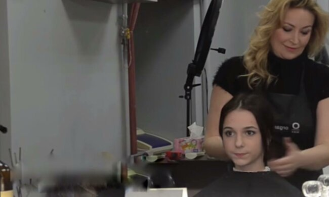 Школярка обрізала волосся, фото: скріншот з відео