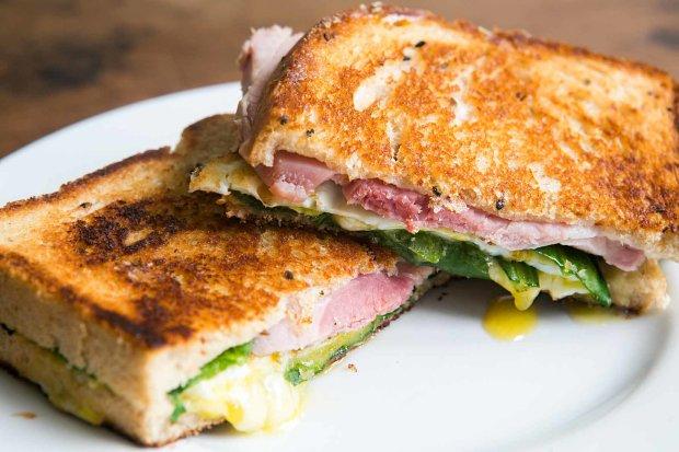 Смажений сендвіч з шинкою і сиром: швидко і смачно
