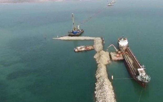 Прибило камнем с неба: в сети обсуждают смерть на строительстве Керченского моста