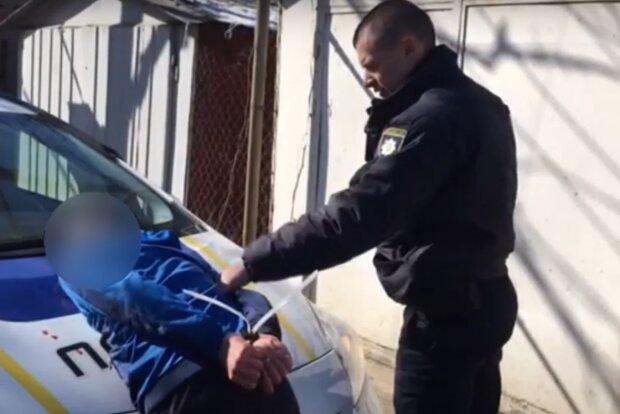 Заліз у чужу квартиру і зачинився - на Львівщині поліція затримала неадеквата з ножем