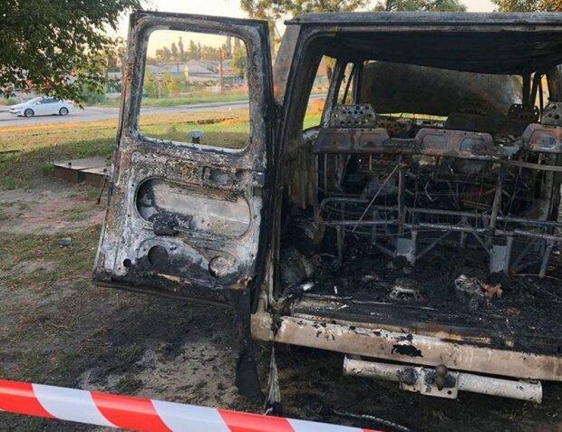 Люди в черном подожгли автобус с пассажирами и скрылись: дикий инцидент поставил на уши весь Киев