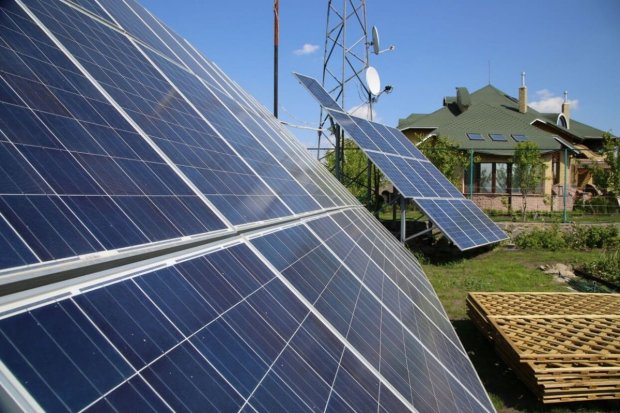 Солнечные панели и зеленый тариф: что выгоднее - платить за коммуналку, или переоборудовать дом?