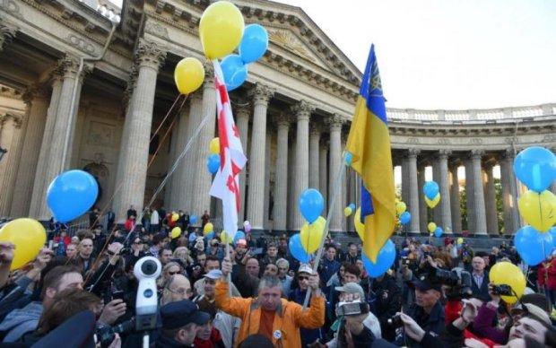 Путин в гробу: питерскую демонстрацию сорвали украинским флагом