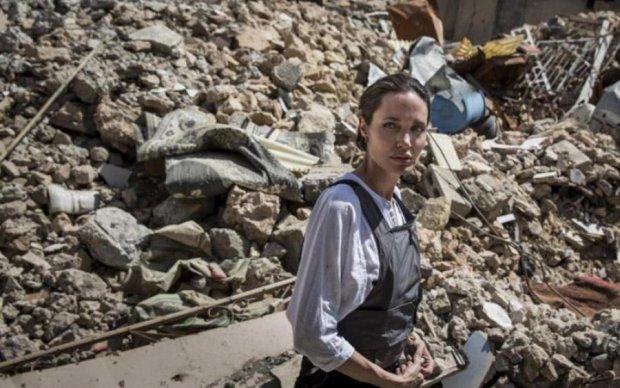 Анджеліна Джолі прийшла в жах від руїн Мосула: відео