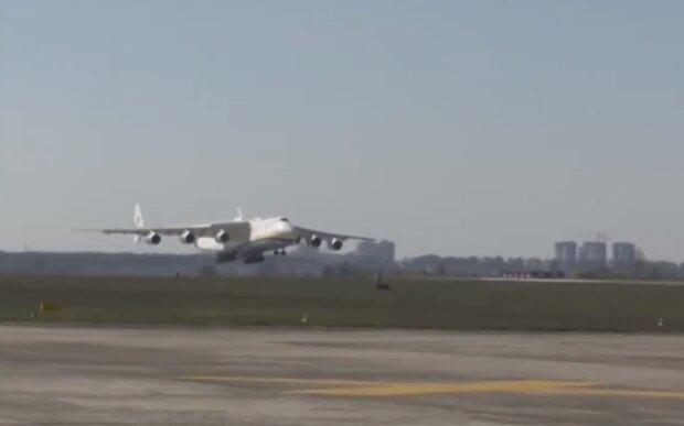В Украину из Китая прилетел самый большой в мире самолет с медицинским грузом, установлен мировой рекорд