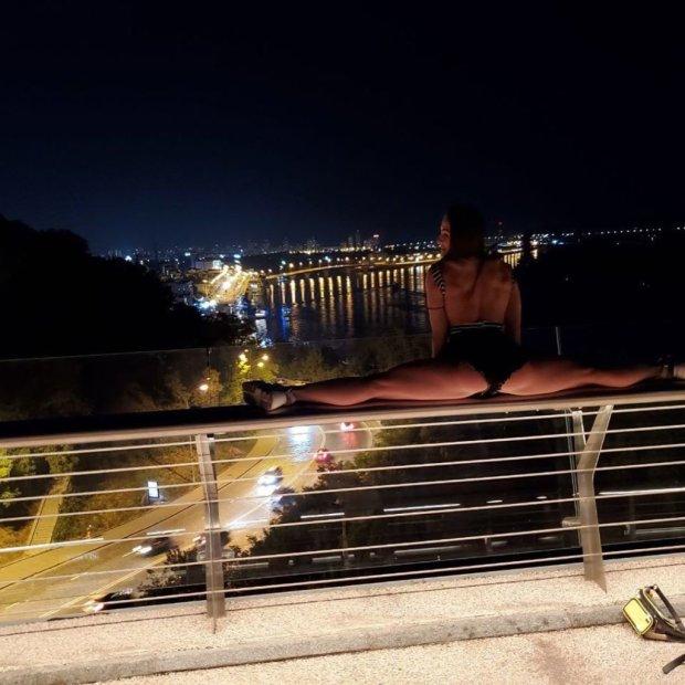 Обнаженная киевлянка облюбовала прозрачный мост Кличко: жаркие фото