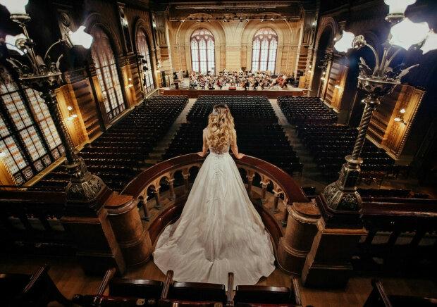 """Молодая """"невеста"""" священника оказалась мужчиной, отдал за любимую все до копейки: только взгляните в эти глаза"""