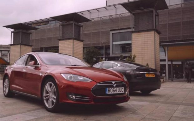 Міць електрики: тролейбус в мотлох розвалив новеньку Tesla
