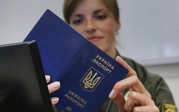 Украинцы массово оформляют загранпаспорта: что происходит