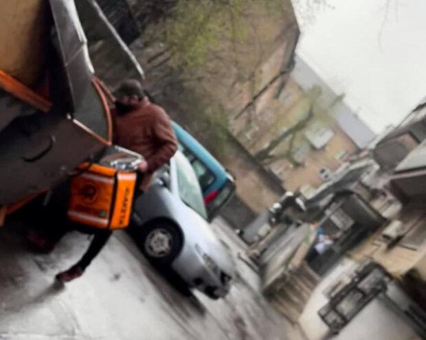 """В Киеве курьера поймали на мерзком занятии: """"Делал это в рюкзак с едой"""""""
