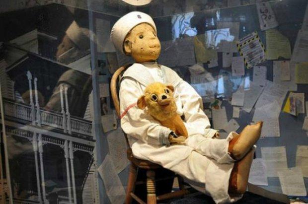 Старинная мистическая кукла Роберт нагоняет страх спустя столетие: фото