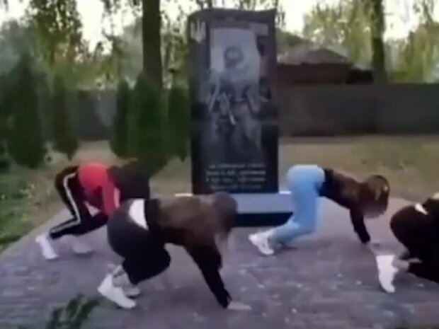 """Тверк на кістках: школярки влаштували """"брудні танці"""" біля пам'ятника загиблим на Донбасі"""