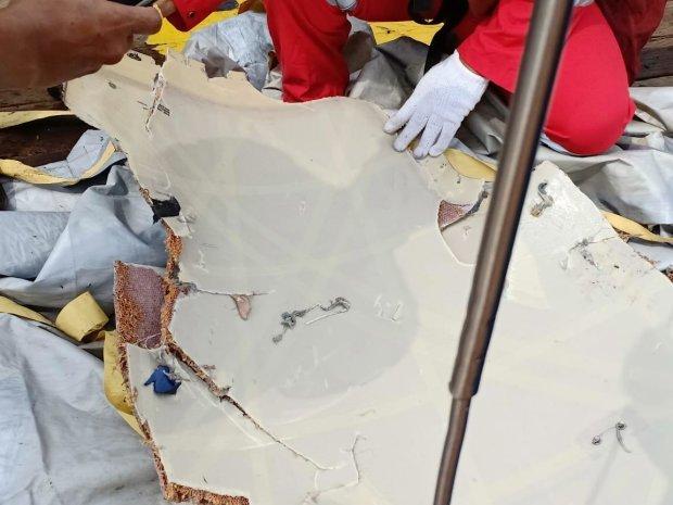 Авиакатастрофа в Индонезии: спасатели достали погибших, сотни изувеченных тел, людей не узнать