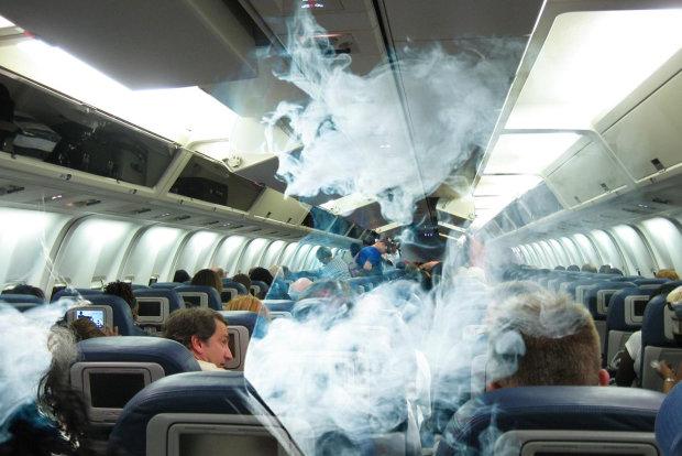 Попільнички в літаках: чи можна палити на борту